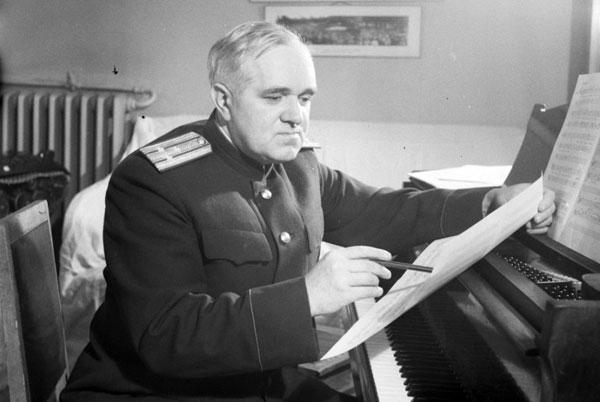 советский композитор Борис Александров за работой