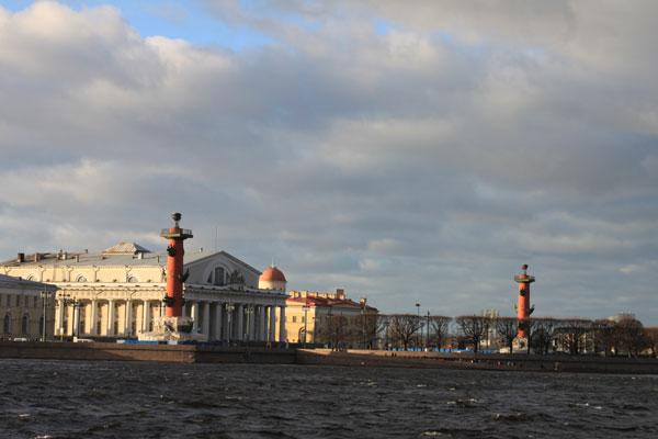 Ансамбль Биржевой площади. Ростральные колонны. Здание Биржи. Фото В. Пятинина