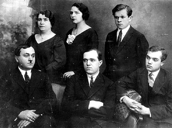 советский композитор Александров с женой и детьми